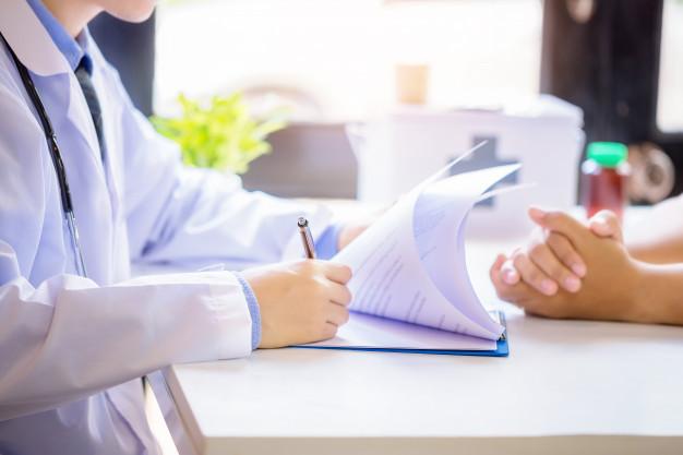 Médecin préscrit un traitement contre l'incontinence